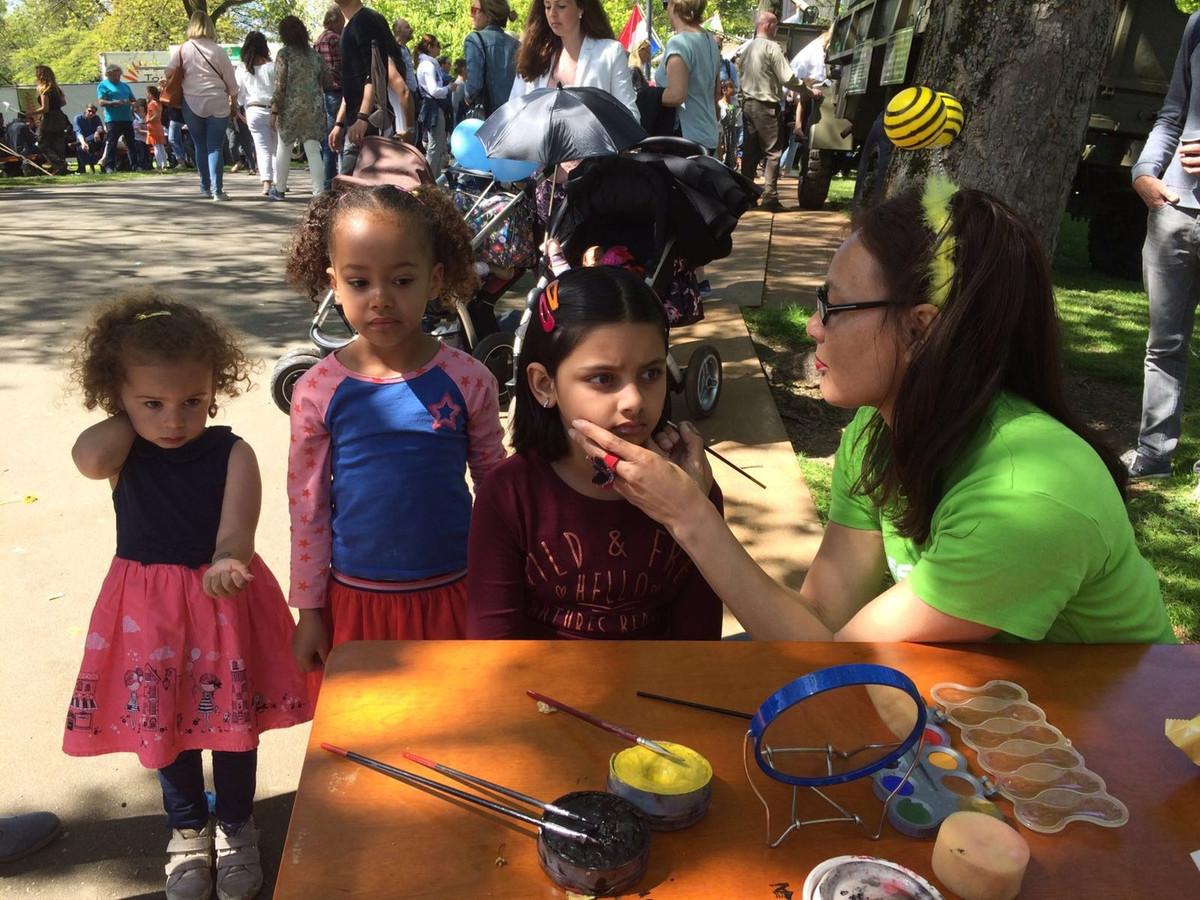 Massas Feestende Mensen Op Bevrijdingsfestival In Park
