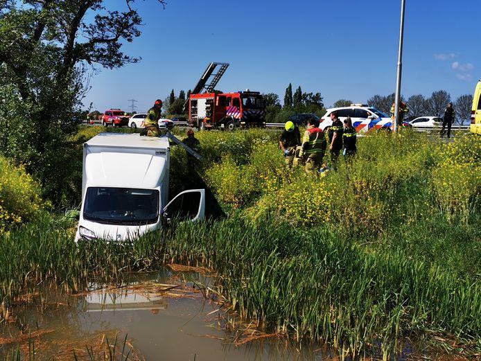 Een bestuurder is onwel geworden en van de weg geraakt op de A12 bij Zevenaar.