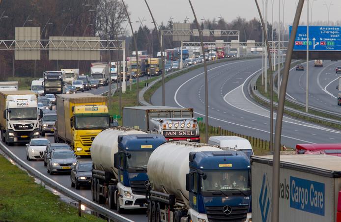 File op de A2 bij Eindhoven, het komt vaak voor, net als op de A50. Smartwayz.nl zoekt oplossingen anders dan het aanleggen van nieuw asfalt. Daarbij kijken de onderzoekers vooral naar het gedrag van automobilisten.