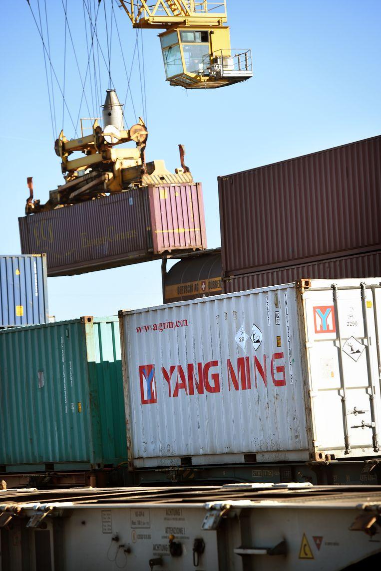 Chinese containers uit China komen aan met de trein in de haven. Beeld Marcel van den Bergh / de Volkskrant