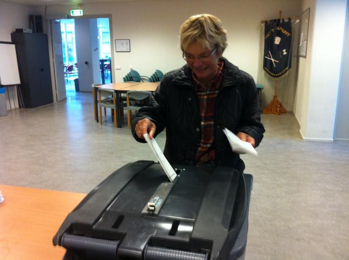 Ook oud-burgemeester Willy Doorn brengt haar stem uit.