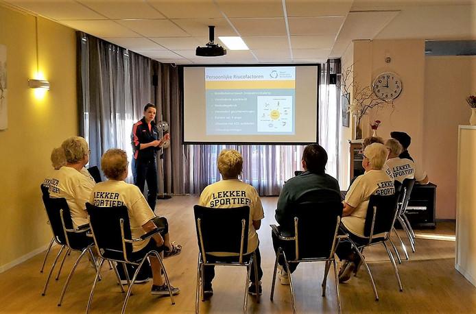 Nienke Maas van Sportfederatie Berkelland met een groep deelnemers aan de cursus valpreventie.