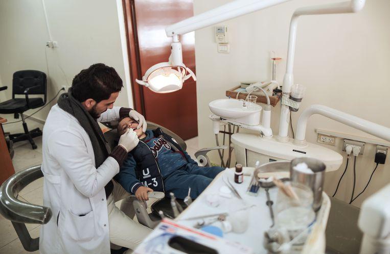 Een Palestijnse tandarts aan de slag in een ziekenhuis van UNRWA in het al-Nusirat-vluchtelingenkamp in de Gazastrook.