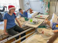 Jongedame deelt zelfgemaakte kerstcadeautjes uit in het Albert Schweitzer ziekenhuis