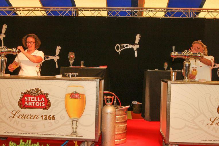 Twee deelnemers proberen de perfecte pint te tappen.