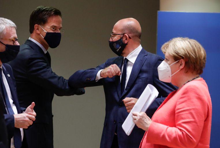 Premier Mark Rutte met Charles Michel, voorzitter van de Europese Raad, en de Duitse bondskanselier Angela Merkel op de EU-top. Beeld EPA