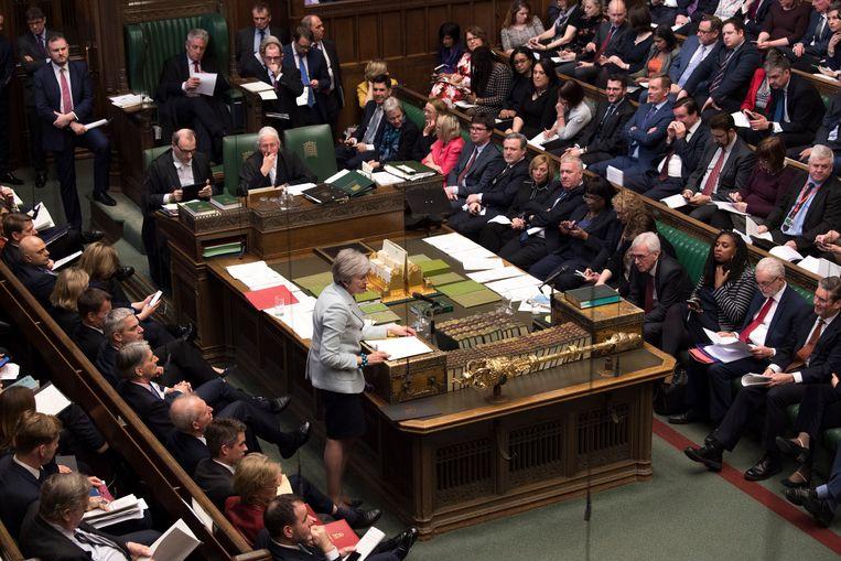 Theresa May aan het woord in het Britse House of Commons, het Lagerhuis.