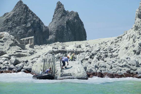 Tourgidsen evacueren toeristen na de uitbarsting.