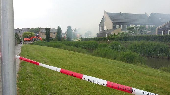 De omgeving van de getroffen huizen op Urk werd in een straal van 200 meter afgezet. Foto Gerald Meijer