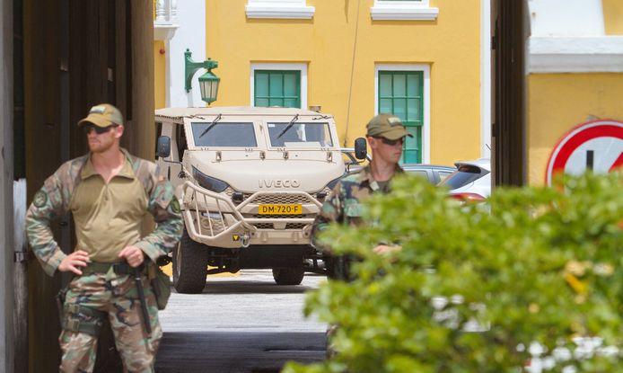 Nederlandse militairen staan wacht bij het het regeringsgebouw Fort Amsterdam. De militairen helpen op Curaçao om te voorkomen dat er weer rellen ontstaan. Het is al dagen onrustig op het eiland door protesten tegen de regering, nu het door corona economisch slecht gaat.