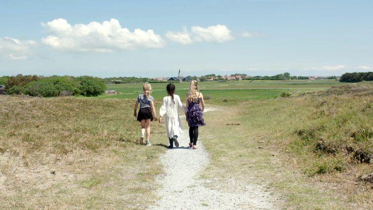 Wen Long met vriendinnetjes op Texel, waar zij woont.  Beeld Lara Aerts