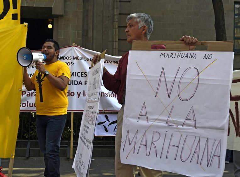 Mensen demonstreren bij het Hooggerechtshof voor en tegen het legaliseren van marihuana. Beeld AFP