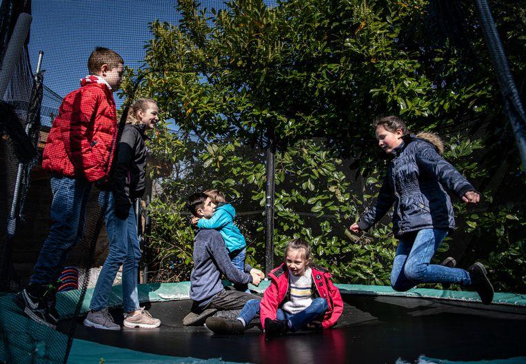 Vanaf twee uur 's middags mogen de kinderen van het gezin Van der Pluijm naar buiten. Vlnr: Oscar (8), Esther (12), David (14), Frank (3), Leanne (6) en Ruth (10). Beeld Koen Verheijden