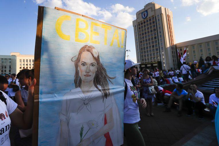 Demonstranten dragen een portret van oppositieleidster Svetlana Tichanovskaja bij zich. Beeld AP