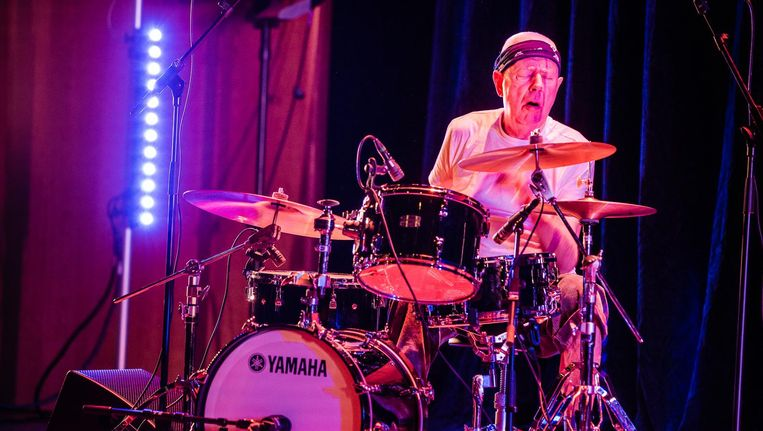 Drummer Han Bennink tijdens zijn concert met gitarist Thurston Moore op Le Guess Who? 2017. Beeld Ben Houdijk