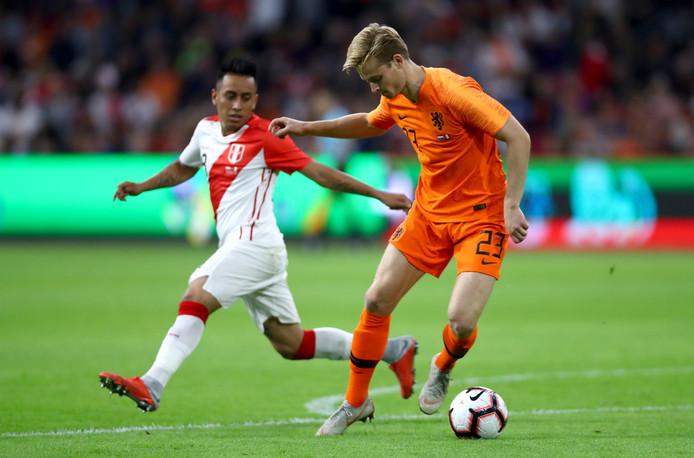 Frenkie de Jong glipt voorbij de Peruaan Christian Cueva tijdens zijn debuut voor Oranje.