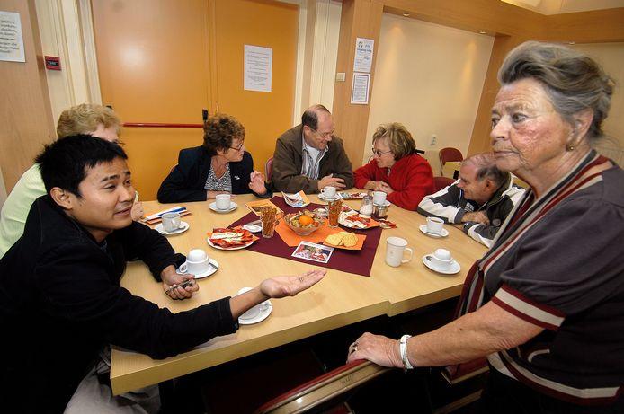 Gemoedelijk een bakkie koffie drinken en lekker kletsen met de buren op Burendag in 2009 in in buurthuis Keijenburg in Burgerhout.