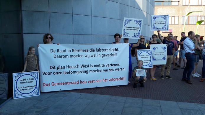 Omwonenden van Heesch-West voeren actie bij het gemeentehuis in Heesch.