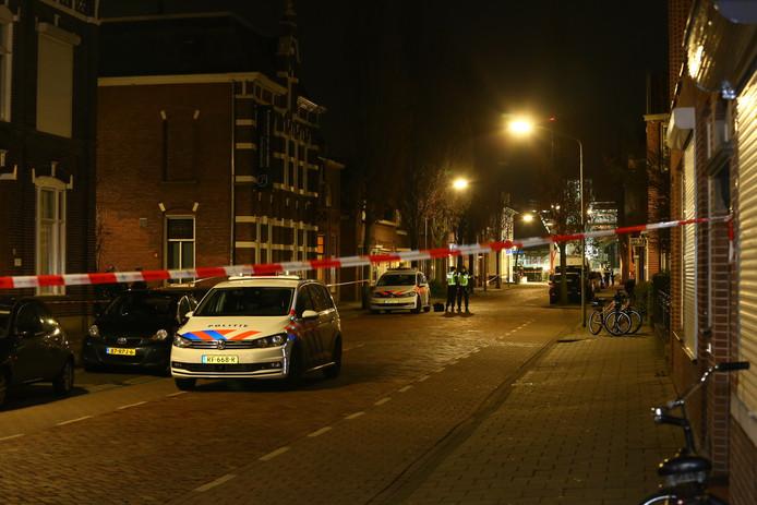 De politie heeft de omgeving afgezet voor sporenonderzoek.