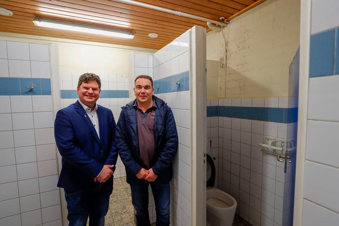 Luciën van den Heuvel (links) en Hein Willem Vlemmix in de kleedkamers van voetbalclub RKVV Dommelen.