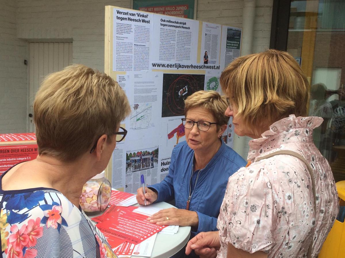 Bij de ingang van de supermarkt in Heesch werd het publiek aangesproken op de plannen voor Heesch West.