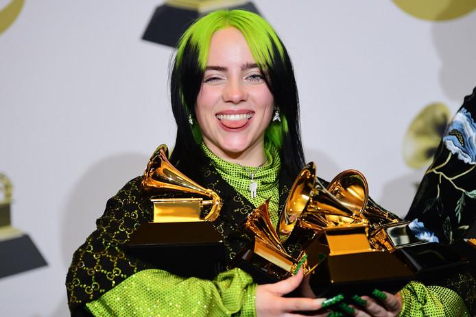 Billie Eilish met haar vier prijzen.