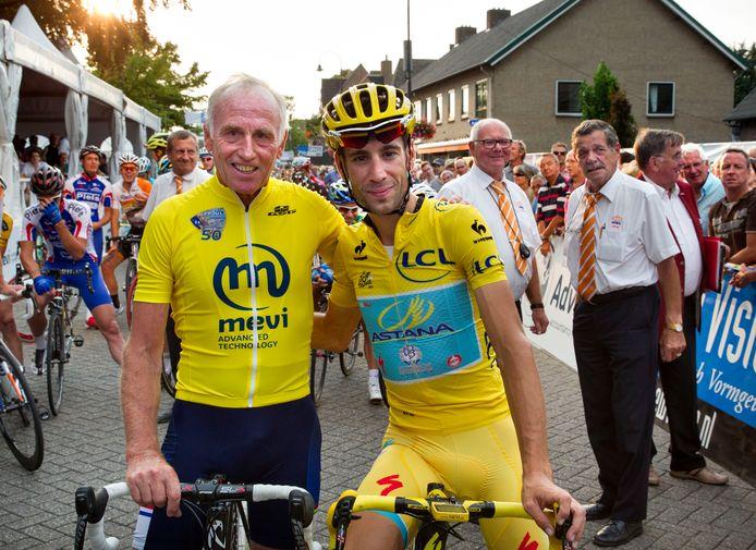 Vincenzo Nibali gaat als de Tourwinnaar van 2014 in Stiphout op de foto met Joop Zoetemelk, de winnaar van 1980.
