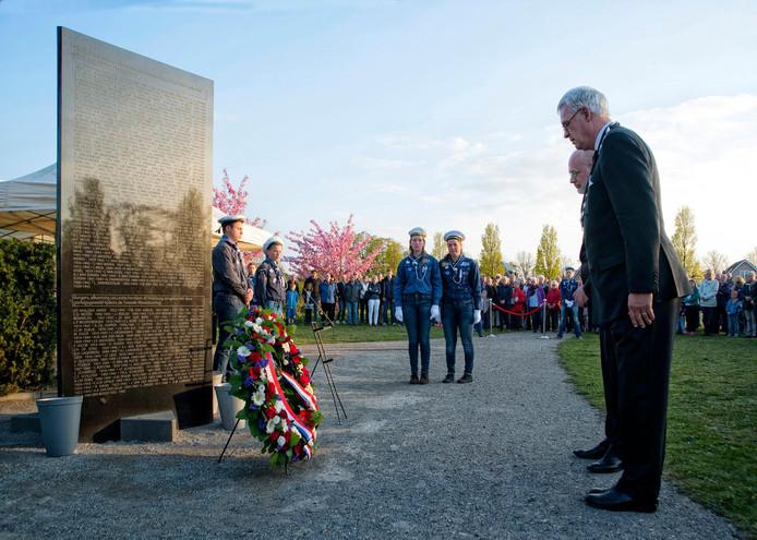 Ex-burgemeester Hans van der Sluijs en wethouder Frank Rozenberg van Leidschendam-Voorburg bij de jaarlijkse dodenherdenking in 2016