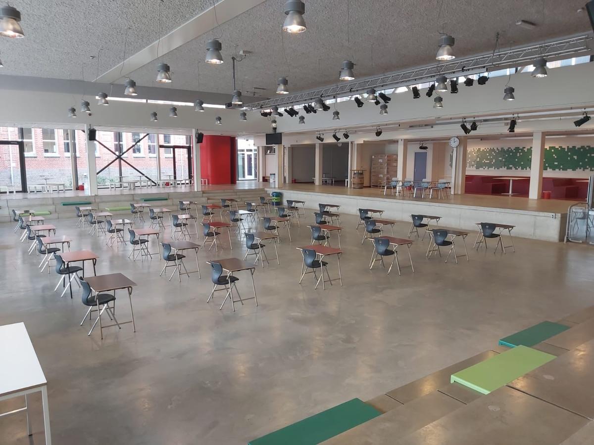 Het OLV in Breda neemt maatregelen voor de afname van de schoolexamens. De tafels staan ruim 1,5 meter uit elkaar in de aula, en de groepen zijn kleiner.
