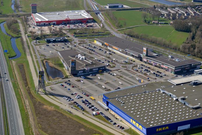 Bouwmarkt Bauhaus in Hengelo doet nog goede zaken, maar de parkeerplaats van Ikea is door de sluiting verlaten.