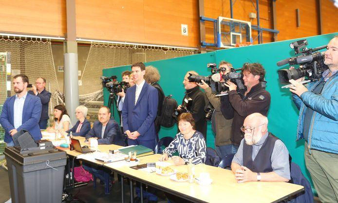 Van Langenhove werd in het stemlokaal gevolgd door een legertje cameramensen.