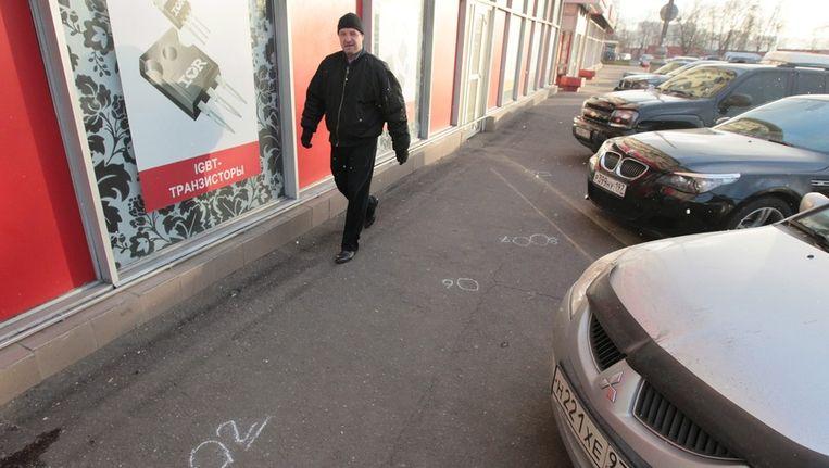 Een man wandelt langs de plek in Moskou waar de Tsjetsjeense dichter Roeslan Ruslan Achtachanov is neergeschoten in 2011. Beeld epa