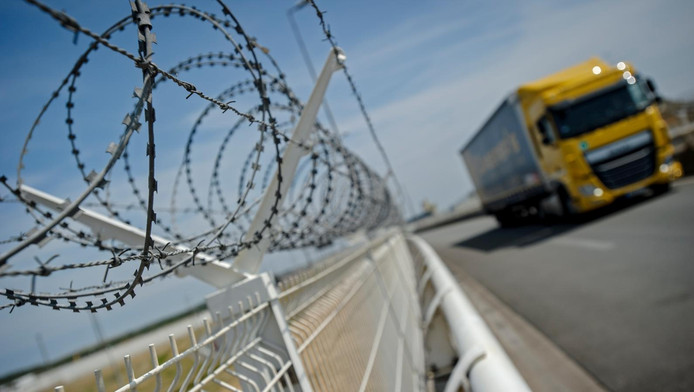 Prikkeldraad bij de haven van Calais, een belangrijk knooppunt in de mensenhandel
