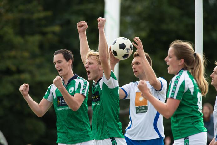 Juichende ASVD'ers (Robin ter Woord (l), Wouter Neutel en Petra Leijten) in de derby tegen Wit Blauw.