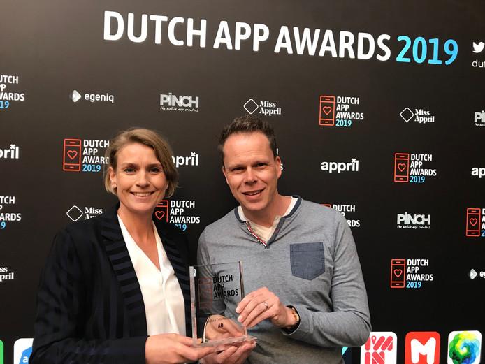 Rennie Rijpma en René Kleizen, Certified Product Owner van de app, met de prijs.