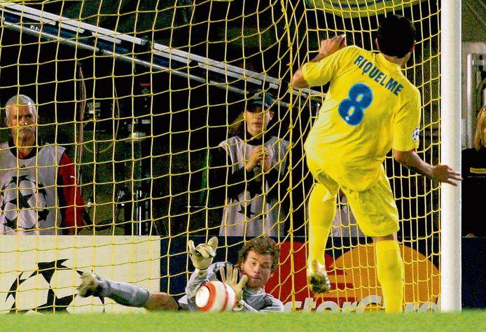 Juan Román Riquelme ziet zijn strafschop gekeerd door Jens Lehmann: niet Villarreal, maar Arsenal gaat naar de finale van de Champions League.