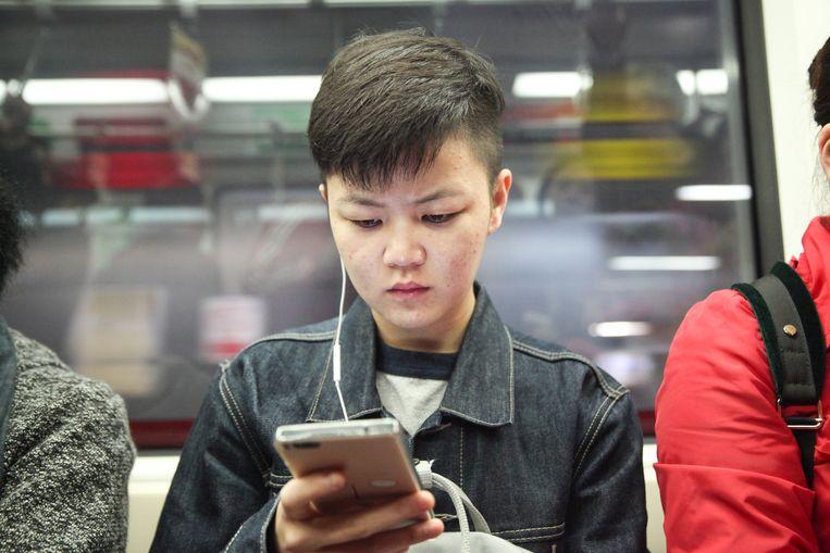 Zhang Xiaoxue (28): 'Lijn 6 is altijd druk, maar ik heb geen keus.' Beeld Elke Scholiers