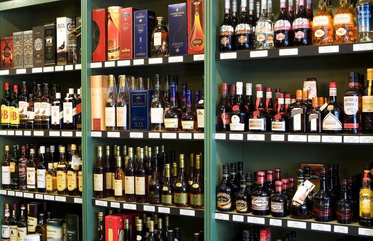 Steeds meer Belgen gaan wijn en sterkedrank in het buitenland kopen.