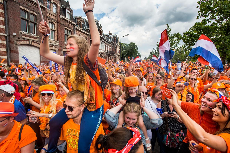 Feestelijke optocht van oranjesupporters in Valenciennes ter gelegenheid van de wedstrijd tussen Nederland en Kameroen op 15 juni. De Nederlandse vrouwen wonnen met 3-1. Beeld Arie Kievit