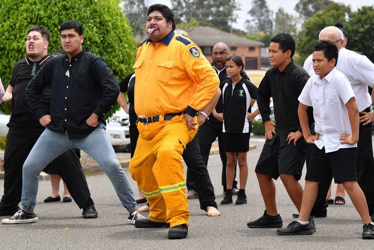 Rouwers uit de Maori gemeenschap deden een haka om de brandweerman te eren.