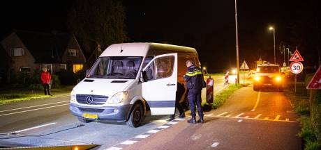 Verdachte eindigt na wilde achtervolging vanuit Wezep alsnog doorweekt in arrestantenbus
