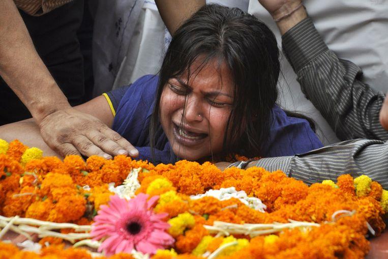 Een familielid van een Indiaas slachtoffer van de aardbeving in Nepal rouwt. Beeld afp
