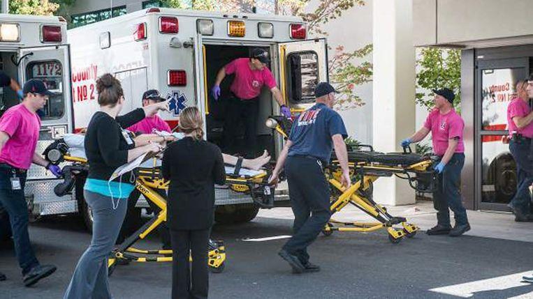 Een gewonde student wordt na de schietpartij naar het ziekenhuis gebracht. Beeld afp