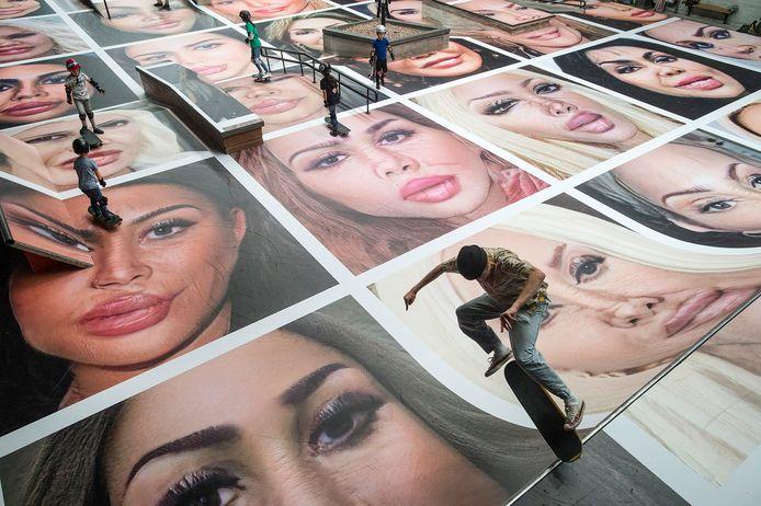 Het werkstuk Destroy My Face van fotograaf Erik Kessels in de skatehal van Pier 15.