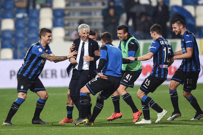 Marten de Roon (tweede van rechts) duikt op trainer Gian Piero Gasperini af.