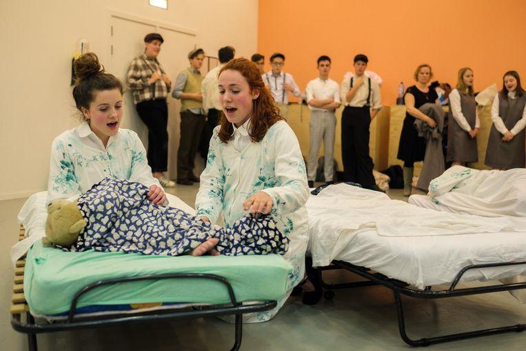De acteurs tijdens de repetitie. Het verhaal speelt zich af in een Iers klooster