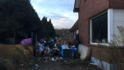 Gemeente laat stort naast woning opruimen