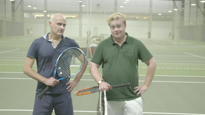 Mark Koster (links) van work-lifeplatform Intermediair en Floris Prenger gaan tennissen.