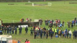 VIDEO. Ruiter valt bijna van paard, maar wint toch de race