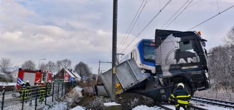 Trein ramt vrachtwagen bij Udenhout, chauffeur met schrik vrij: 'Wel erg geschrokken'
